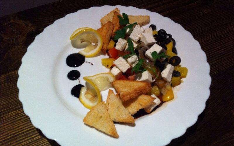 Салат «Дамский» с чесночными гренками, сыром «Брынза» и овощами