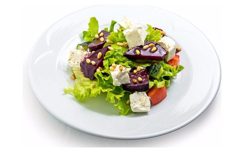 Салат с печёной свёклой и с сыром «Фета»