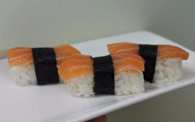 Нигиридзуши с лососем