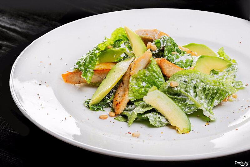 Салат из курицы и авокадо, с кедровыми орешками и заправкой из сыра «Креметте»