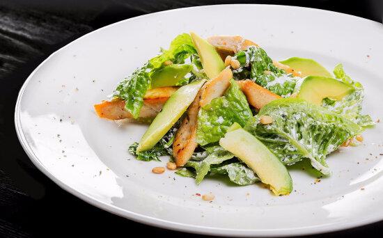 Салат из курицы, авокадо с кедровыми орешками и заправкой из сыра «Креметте»