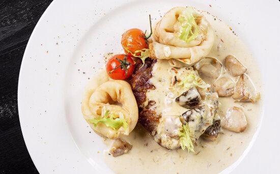 Свинина с домашними блинами и сливочным соусом из грибов