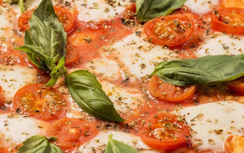 Пицца «Маргарита» на пышном тесте