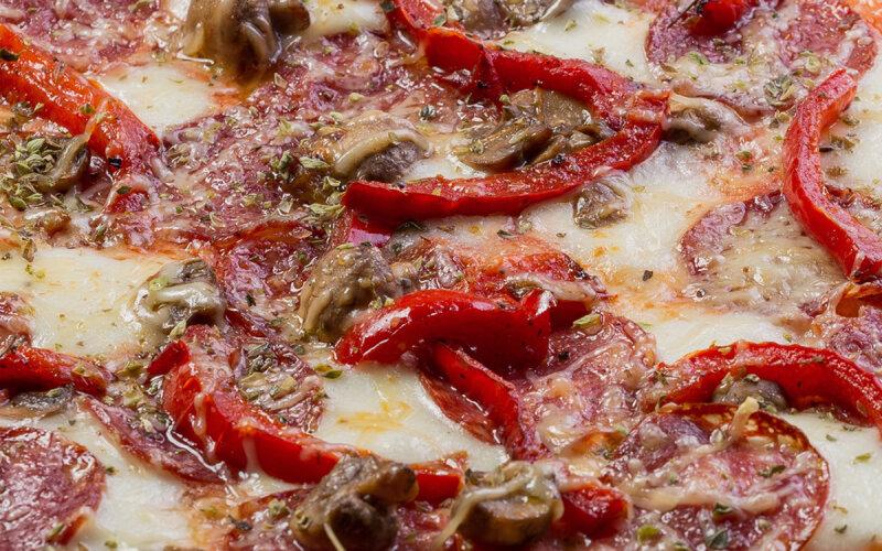 Пицца «Калабрезе» на пышном тесте