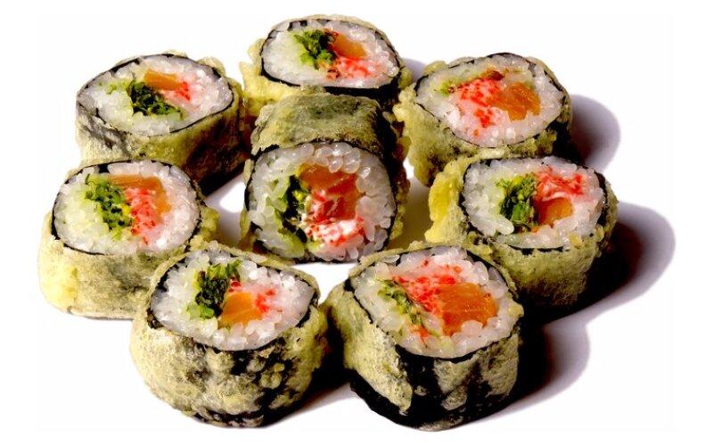 Ролл горячий с лососем и чука-салатом