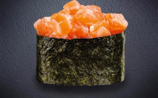 Гункан с лососем «Спайси»