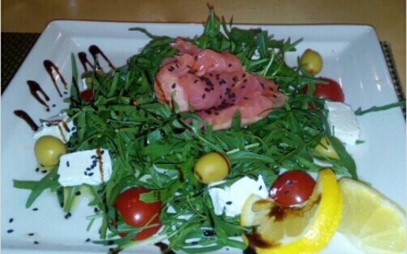 Салат с сёмгой и руколой
