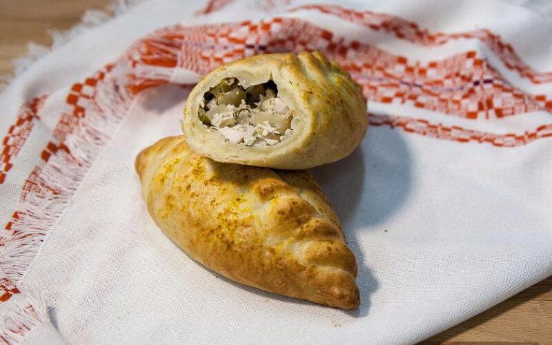 Пирожки с курицей и маринованным огурцом