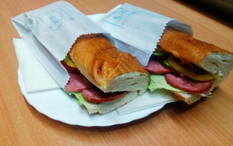 Сэндвич с салями, свежими овощами и соусом