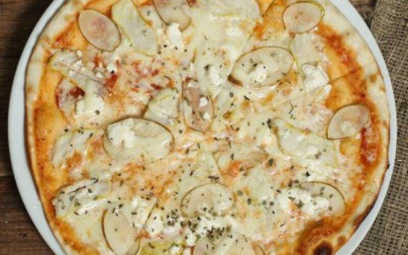 Пицца грушей и индейкой