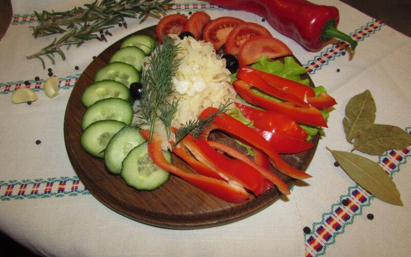 Овощи свежие на доске