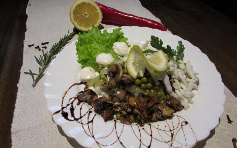 Салат «Корсарский» из кальмара и жареных грибов