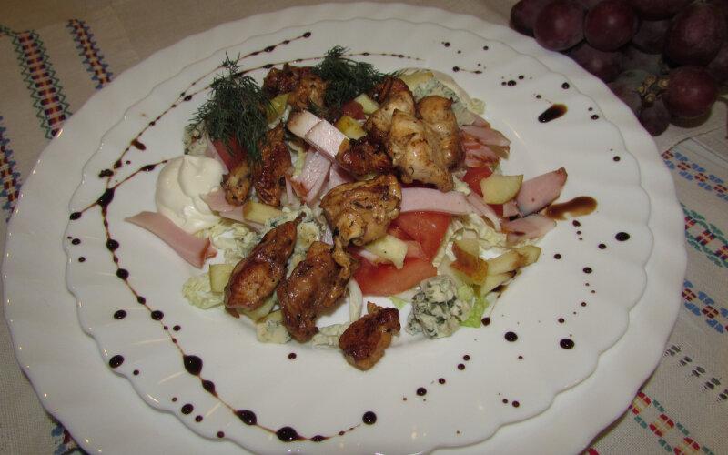 Салат «Пастуший» из жареного цыплёнка с сыром с плесенью