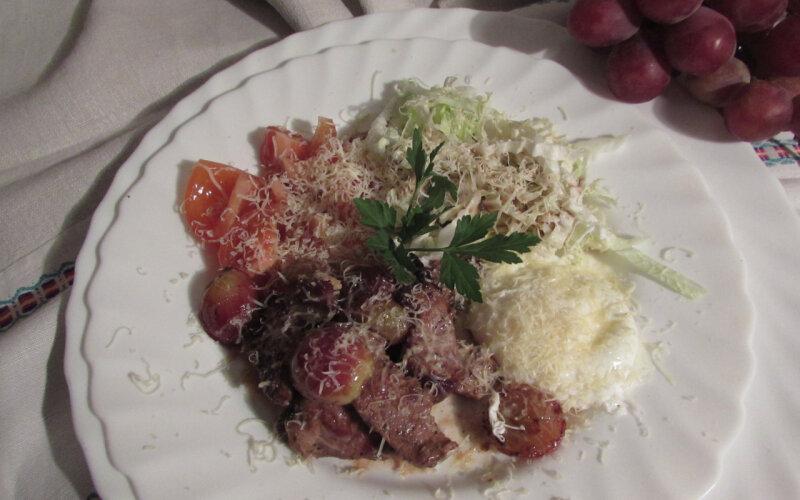 Салат из говядины с яйцом-пашот «По-трактирски»