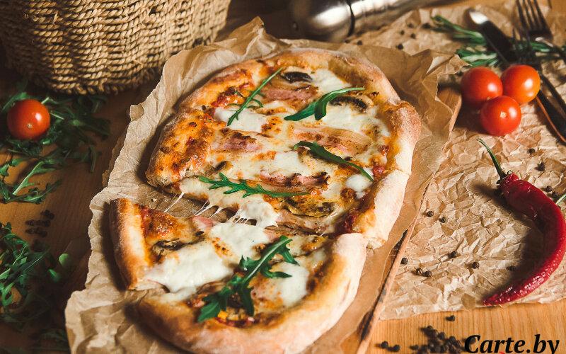 Пиццетта с беконом и шампиньонами