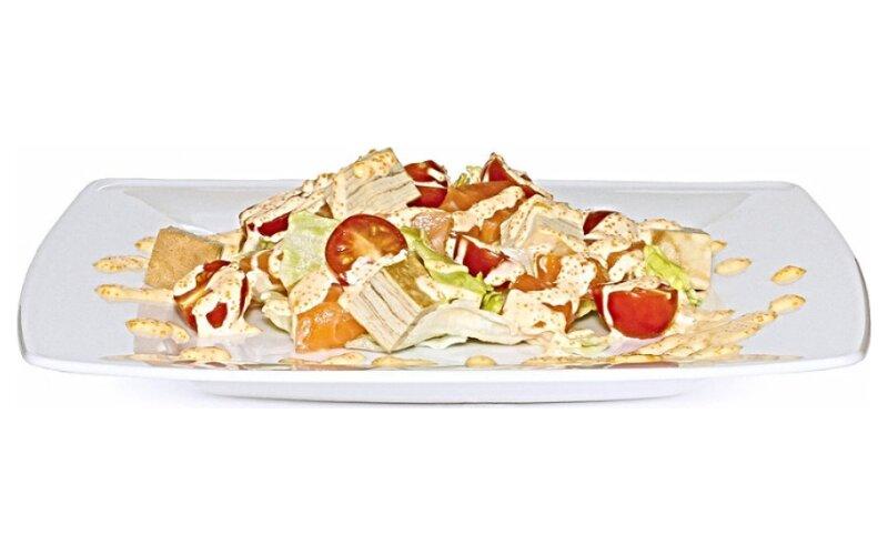 Салат с лососем и томаго