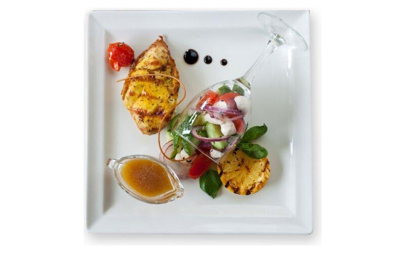 Филе куриное с грушей в вине, с овощным салатом и медово-горчичным соусом