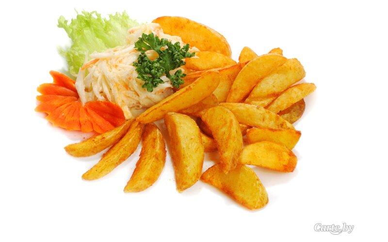 Картофельные дольки с салатом «Коул слоу»