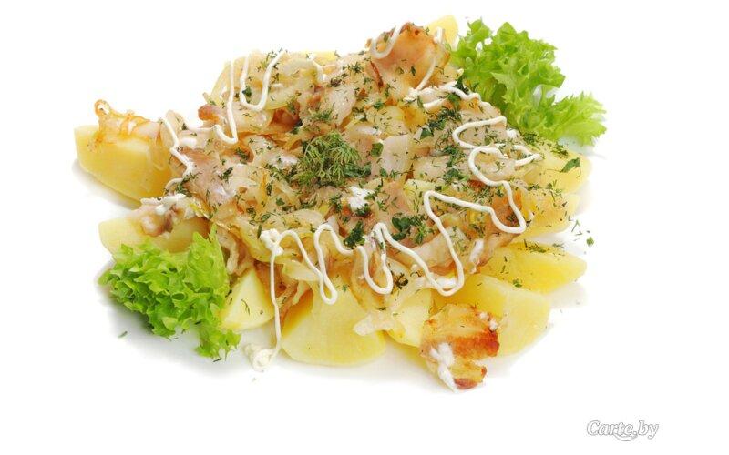 Картофель отварной со шкварками и луком
