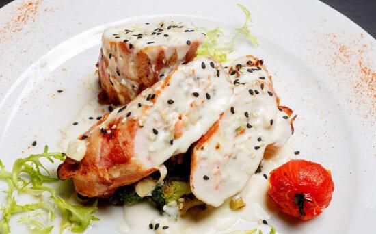 Куриные рулетики «Бефано» с брокколи и сливочным соусом «Дор-блю»