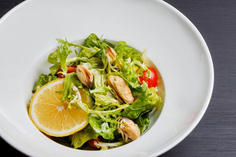 Лёгкий салат с мидиями в винном маринаде
