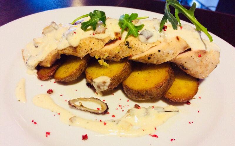 Филе цыплёнка су-вид с копчёным картофелем и жареными шампиньонами