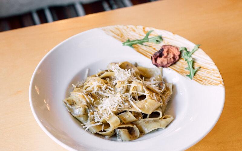 Папарделле с белыми грибами в сливочном соусе с сыром «Пармезан»