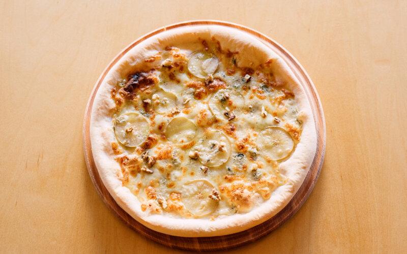 Пицца с грушей и сыром «Горгонзола»