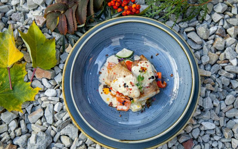 Филе морского окуня с овощами «Стир-фрай» и сливочно-чесночным соусом