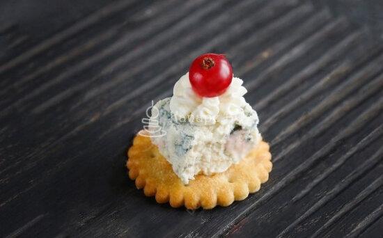 Сыр «Дорблю» на крекере