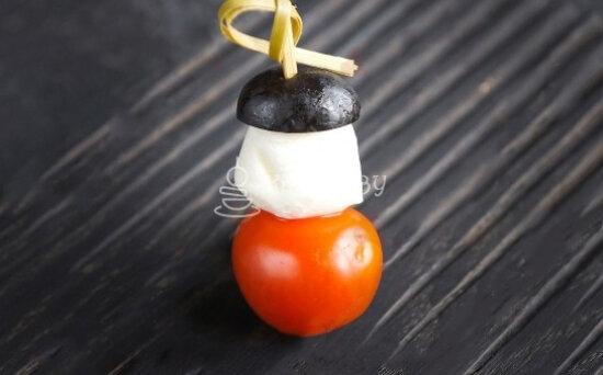 Канапе с помидором черри, сыром «Моцарелла» и соусом «Песто»