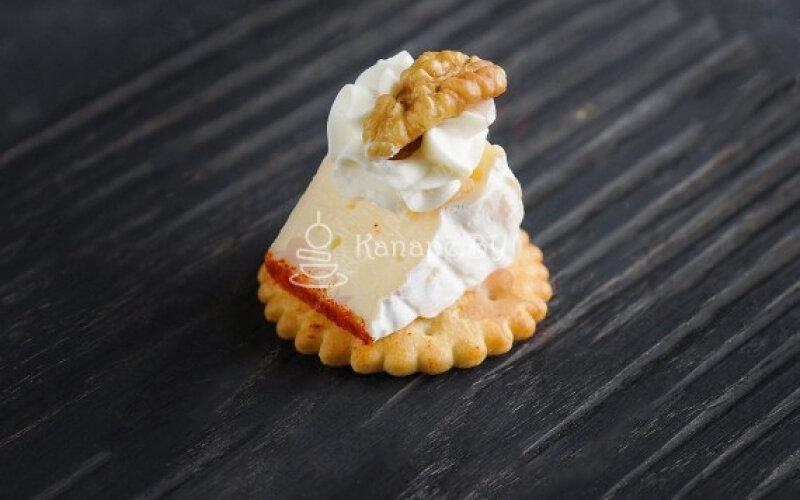 Сыр «Камамбер» на крекере