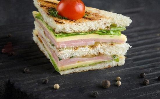 Мини-сэндвич с ветчиной исыром