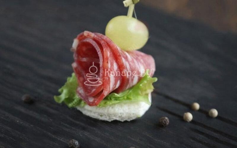 Канапе с салями «Спьянато Романо» и виноградом