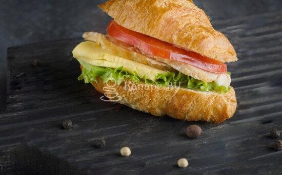 Сэндвич-круассан с бужениной