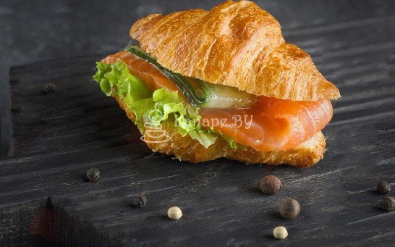 Сэндвич-круассан с сёмгой