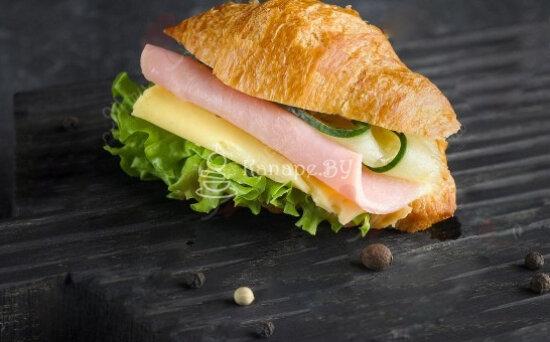 Сэндвич-круассан с ветчиной исыром