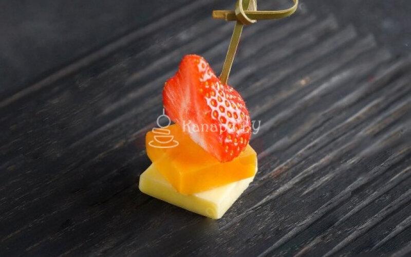 Сырные дольки с ягодами