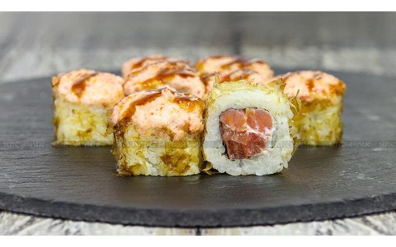 Ролл запечённый с копчёным лососем и помидорами