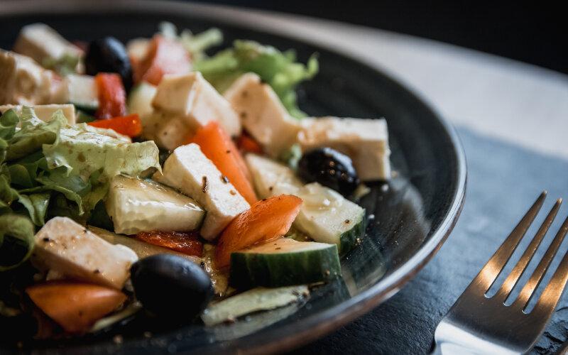 Салат с овощами и сыром «Фета»