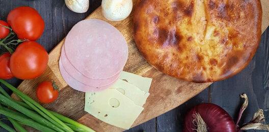 Пирог с ветчиной, сыром, соусом и зеленью на дрожжевом тесте