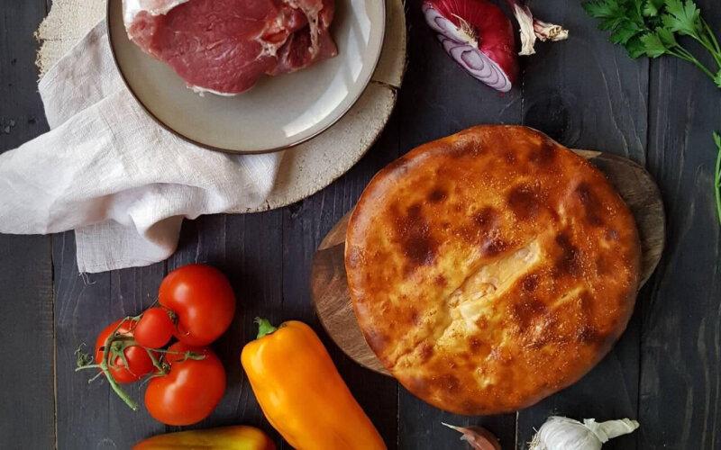 Пирог с говядиной, сыром и зеленью на дрожжевом тесте