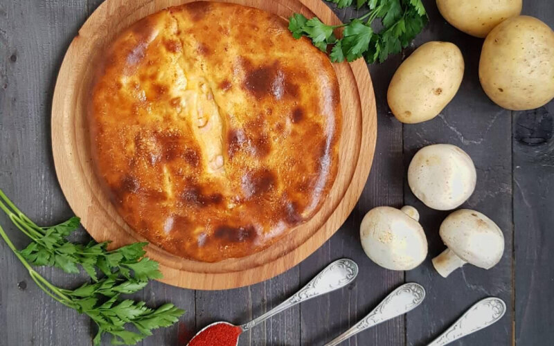Пирог с картофелем, грибами, сыром и зеленью на дрожжевом тесте