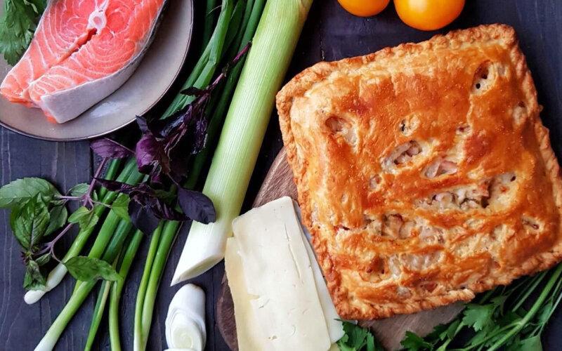 Пирог с лососем, сыром, соусом и зеленью на слоёном тесте