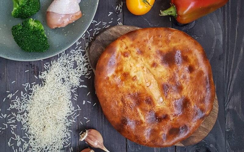 Пирог с курицей, брокколи, рисом, сыром, соусом и зеленью