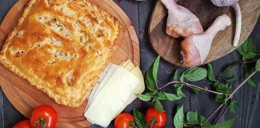Пирог с курицей, сыром, соусом и зеленью на слоёном тесте