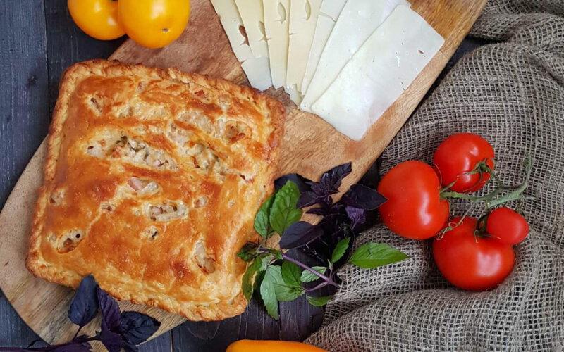 Пирог с сыром «Сулугуни», сыром «Брынза» и зеленью на слоёном тесте