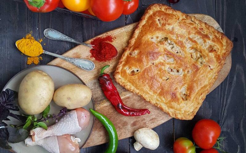 Пирог с картофелем, курицей, грибами, сыром, соусом и зеленью на слоёном тесте