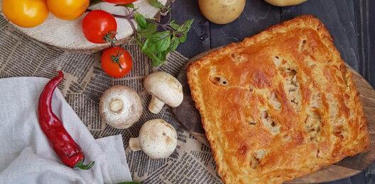 Пирог с картофелем, грибами, сыром, соусом и зеленью на слоёном тесте