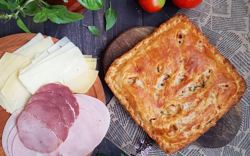 Пирог с ветчиной, сыром, соусом и зеленью на слоёном тесте